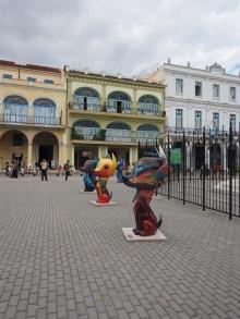 Hundestatuen auf dem Plaza Vieja in Havanna, Kuba