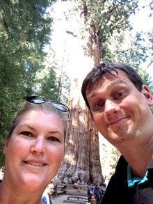 General Sherman, größter Baum der Welt, voluminösester Baum der Welt, größtes Lebewesen der Welt, Wald, Riesenbaum, Riesenbäume, Mammutbäume, Riesenmammutbäume, Sequoia, Redwood, Sequoia Nationalpark, Sequoia und Kings Canyon Nationalpark, Nationalpark, USA, Amerika, Kalifornien, Wälder, Wandern, Wanderung, Touristenattraktion, Sehenswürdigkeit, Ausflug, Ausflugsziel, Wochenendtrip