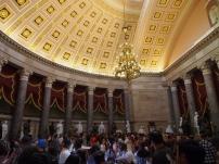 ...Menschenmengen im Statuensaal....